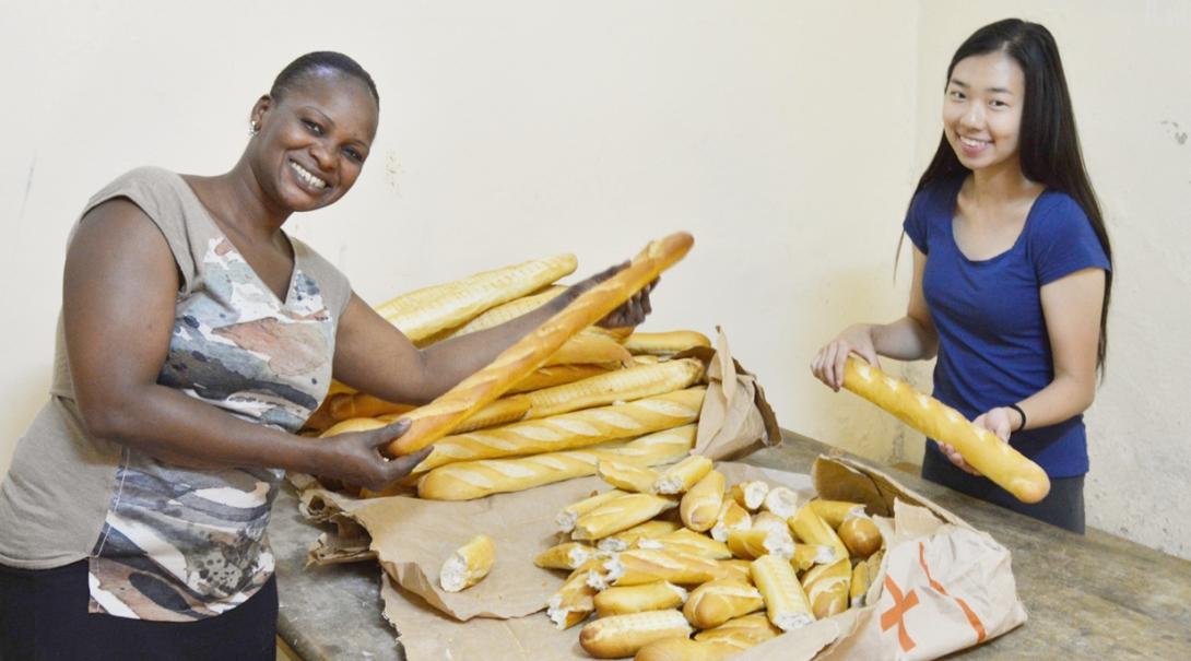 セネガルでタリベの子供たちへのランチの準備に取り組む日本人チャイルドケアボランティアと現地スタッフ